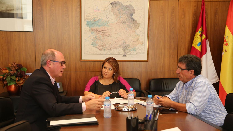 Agustina García se reunía este jueves con representantes de la Junta Central de Regantes de la Mancha Oriental
