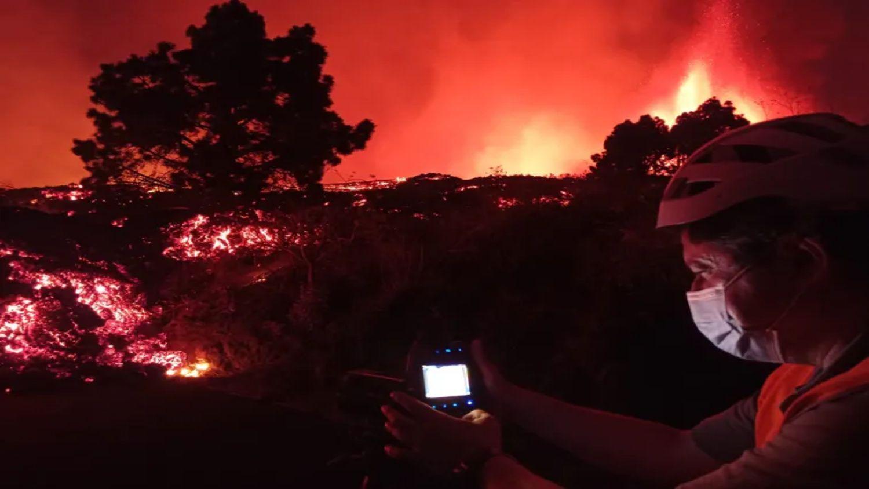 Un miembro del Instituto Volcanológico de Canarias toma la temperatura de la colada de lava de la erupción de Cumbre Vieja: 1075°C en ese momento. Instituto Volcanológico de Canarias.